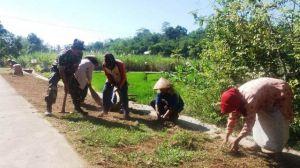 Warga Masyarakat Bersama Satgas TMMD Bergotong Royong Membersihkan Jalan