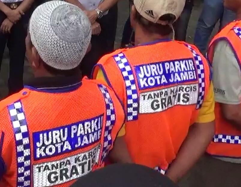 Juru parkir kota Jambi mengenakan rompi bertuliskan 'Tanpa Karcis Gratis'