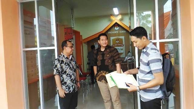 Eric Hasman (tengah) usai mendaftar