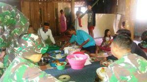 Kebersamaan TNI Dan Warga Saat Acara Selamatan di Rumah Bapak Rosid