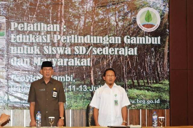 Sekda (kiri) dalam pelatihan Edukasi Perlindungan Gambut Untuk Siswa SD/Sederajat dan Masyarakat