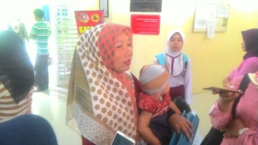 Ibu Juwitamenangis saat mendatangi Disdik Kota Jambi