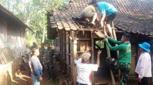 TNI Nekad Turunkan Genting Rumah Warga