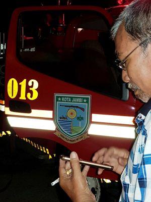 Damkar Kota Jambi  Padamkan Api di Muaro Jambi,  Fasha Perintahkan Demi Kemanusiaan