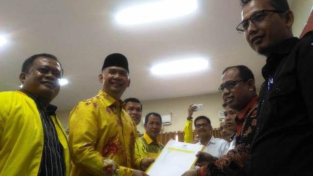 Fasha saat menerima tanda terima dari KPU Provinsi Jambi