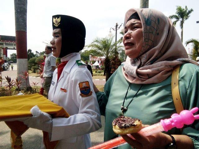ibu dari pembawa baki bendera menangis saat putrinya sukses membawa baki
