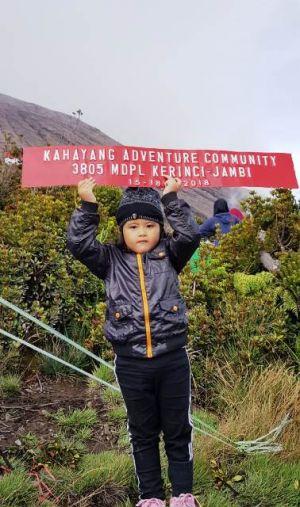 Alanna, Balita 4 Tahun Sukses Kibarkan Bendera 450 meter di Puncak Gunung Kerinci