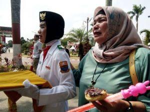 Sukses Menaikkan Bendera Merah Putih, Ibu dari Pembawa Baki Menangis Haru di Pelukan Anaknya