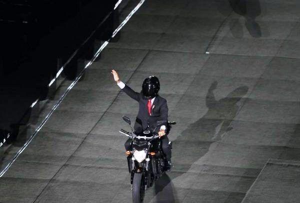 Aksi Jokowi dengan motornya
