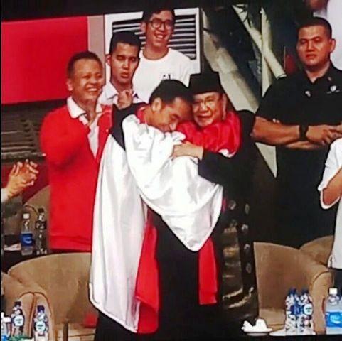 Adem Pelukan Bertiga Jokowi Prabowo Dengan Hanifan Peraih