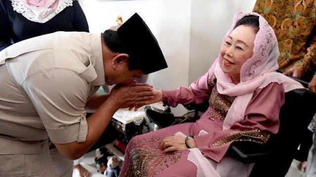 Prabowo mencium tangan Sinta Nuriyah