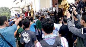 Heboh, Aksi Demo Diwarnai dengan Pelemparan Gelas Air Mineral ke Gedung DPRD