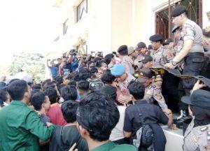 Demo di Gedung DPRD, Mahasiswa Saling Dorong dengan Polisi