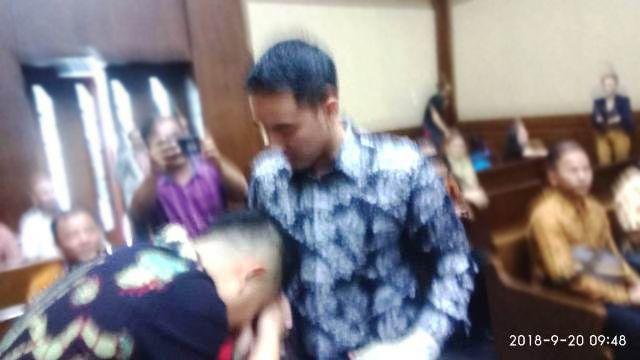 Apif cium tangan Zumi Zola saat bertemu di ruang sidang