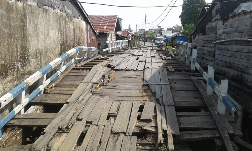 jembatan rusak yang baru dibangun dikeluhkan warga