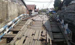 Baru 2 Tahun Sudah Lapuk, Warga Pertanyakan Jembatan di Parit Bom