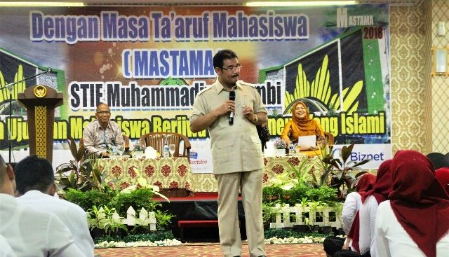 SAH saat memberikan kuliah perdana ke mahasiswa STIE Muhammadiyah Jambi