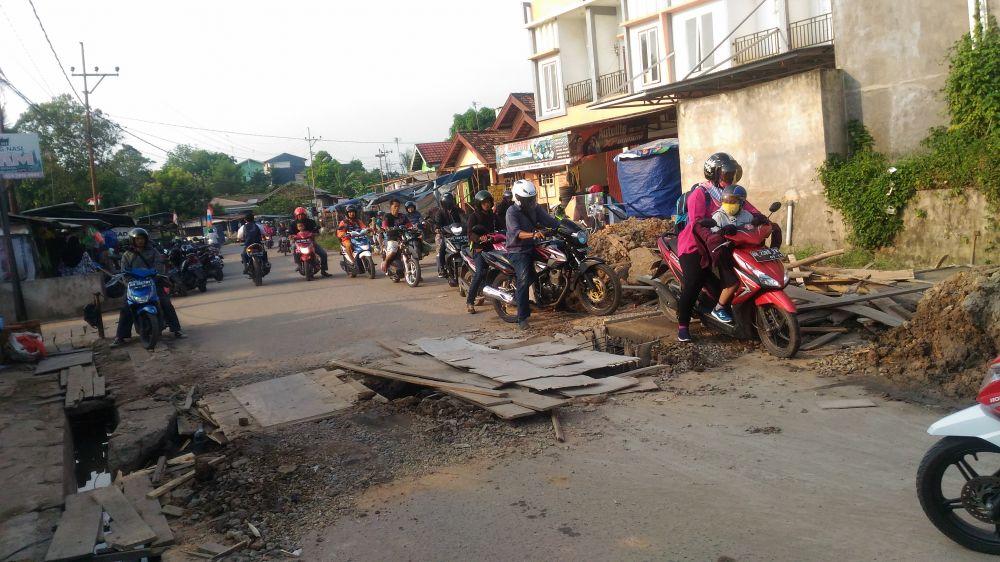Kondisi jalan di simpang Jerambah Bolong, tidak ada peringatan untuk pengguna jalan