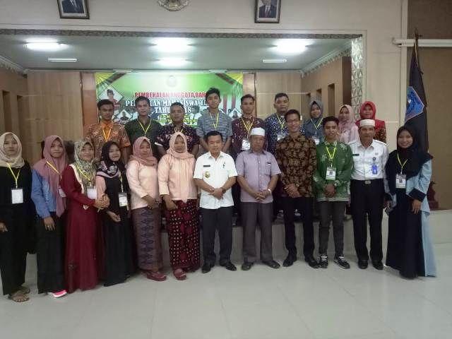 Alharis berfoto bersama dengan tokoh dan mahasiswa se-Tabir