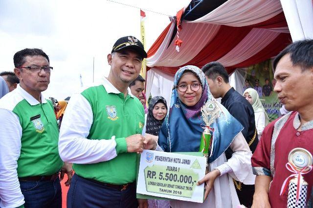 Fasha saat meberikan hadiah bagi salah satu pemenang