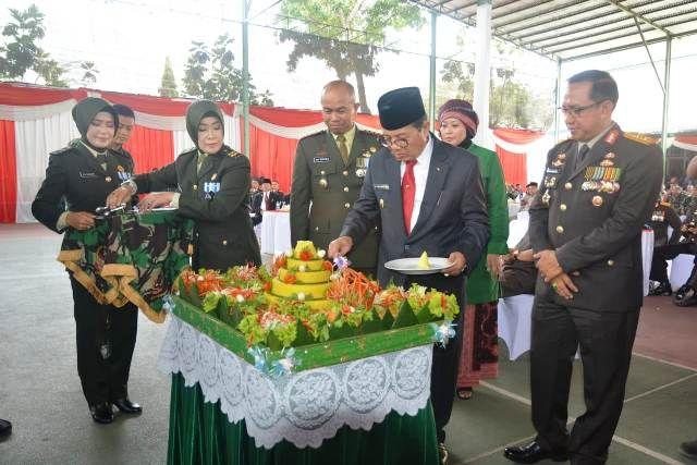 Plt Gubernur Jambi Fachrori saat memotong tumpeng HUT TNI ke-73