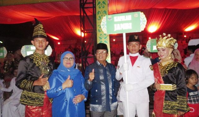 Fachrori Umar bersama Kafilah MTQ dari Jambi