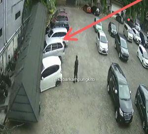 Nah... Atap Disdik Provinsi Jambi Ambruk Timpa Sejumlah Mobil yang Terparkir