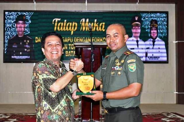 Bupati Syahirsah salam komando dengan Danrem 042 Gapu