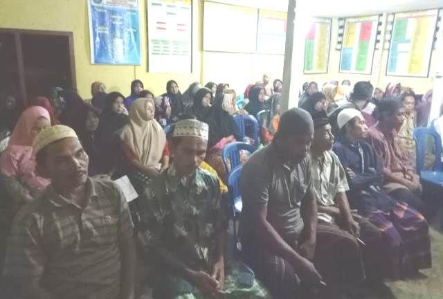 Warga Desa Kandang dalam pertemuan