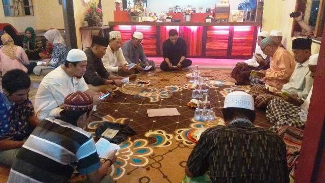 Suasana yasinan dan doa bersama
