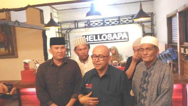 Endang nuryadin (tengah) saat diwawancarai media