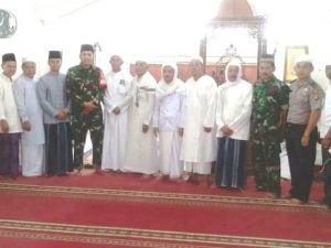 Komandan Satgas TMMD ke-103 Kodim 0419/Tanjab Shalat Jumat Bersama Warga