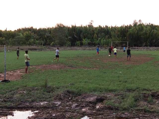 Suasana warga dan Satgas TMMD bermain sepak bola