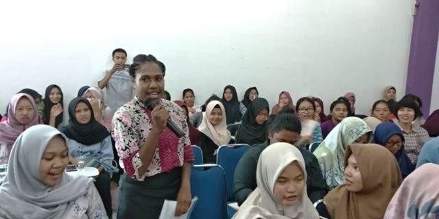 Mahasiswa asal Papua yang ikut dalam roadshow ini memberikan pertanyaan