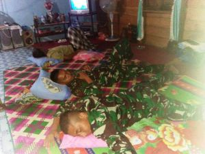 Selama TMMD di Mendahara, Satgas Tidur di Rumah Warga