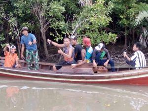 Asyiknya Memancing Untuk Melepas Penat Satgas TMMD Desa Pangkal Duri