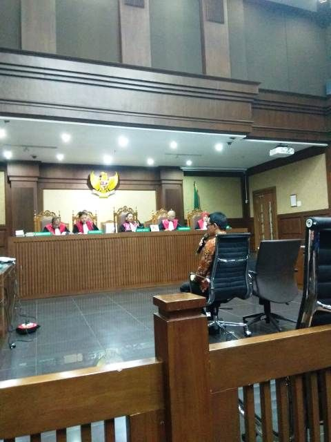 Zola menjawab pertanyaan di sidang PN Tipikor Jakarta Pusat