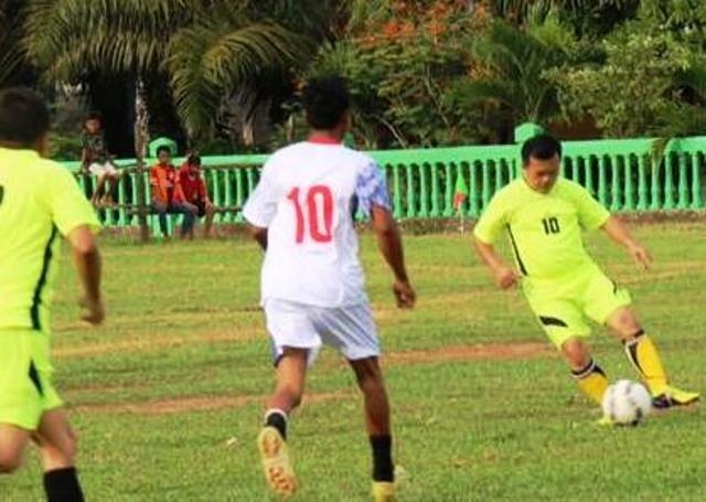 Al Haris bermain bola pada Eksibisi HUT Desa Pulau Tujuh