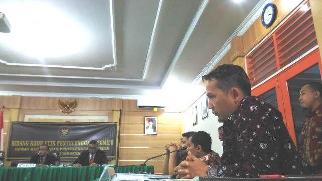 Asnawi hadir sebagai pihak terkait dalam sidang kode etik di Kantor Bawaslu Provinsi Jambi