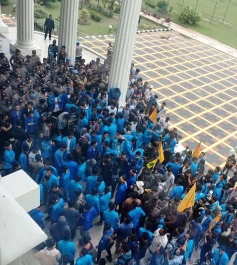 Demo mahasiswa dari PMII di Kantor Gubernur Jambi
