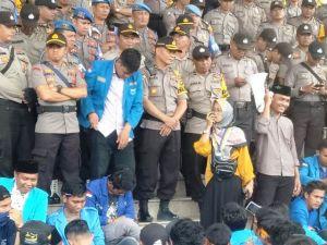 Mahasiswi Ini Orasi di Kantor Gubernur Jambi, Jangan Hanya Ngintip dari Jendela Pak!