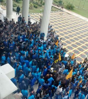 Demo di Kantor Gubernur Jambi, Ratusan Mahasiswa Minta Bertemu Fachrori