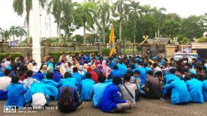 Aksi di Kantor Gubernur, Mahasiswa dan Polisi Berzikir Bersama