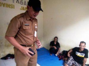 Sambangi Orang Terlantar di Dinsosdukcapil Provinsi, Dianto Keluarkan Dompet dari Sakunya