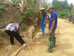 Kuhancurkan Batu, Agar Air Tak Terhalang Saat Turun Hujan