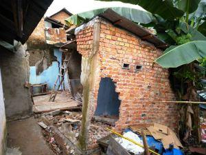 Wakil Walikota Jambi Tinjau Tiga Rumah Tertimpa Tanah Longsor