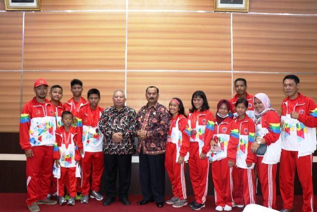 Foto bersama dengan atlet renang Tanjabbar