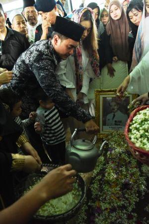 FOTO: Kesedihan Keluarga Zola di Pemakaman Zulkifli Nurdin