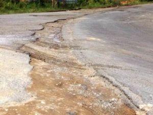 Rusak, Jalan Simpang Empat Tanjung Menanti Akses ke Bandara Bungo Dikeluhkan