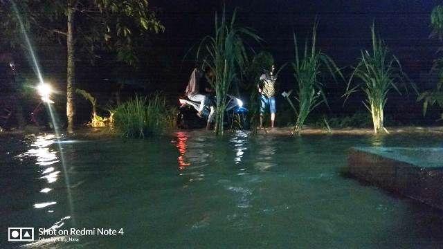 Warga yang berjaga di tengah banjir hingga tengah malam ini